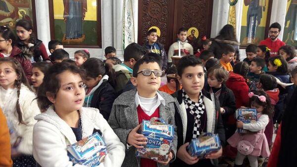 Вручение новогодних подарков сирийским детям. Архивное фото