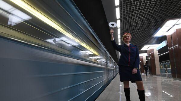 Девушка-регулировщик на станции метро Ховрино в Москве. 31 декабря 2017