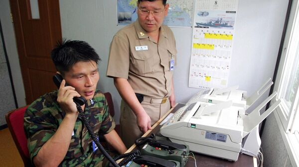 Военные Южной Кореи во время телефонной горячей линии с коллегами из КНДР
