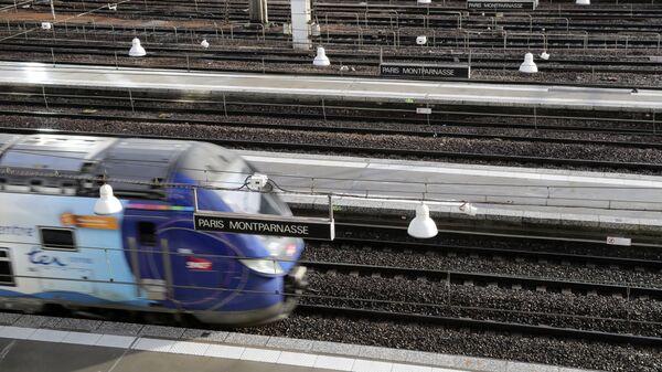 Поезд национальной железнодорожной компании SNCF в Париже