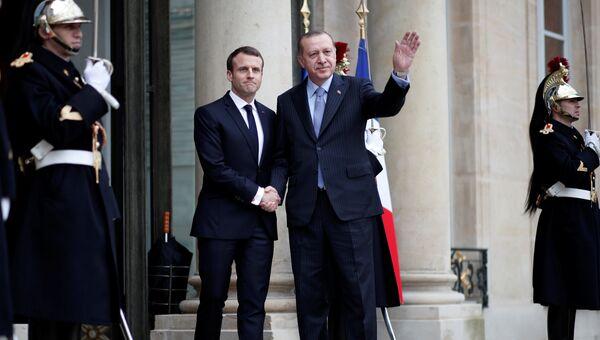 Президент Франции Эммануэль Макрон приветствует президента Турции Тайипа Эрдогана в Елисейском дворце в Париже, Франция. 5 января 2018
