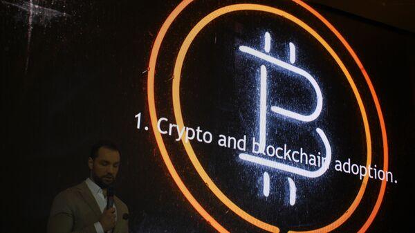 Эмблема криптовалюты биткоин на конференции Russian Blockchain Week 2017 в Москве