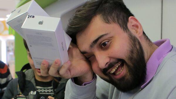 Мужчина во время старта продаж смартфона iPhone X