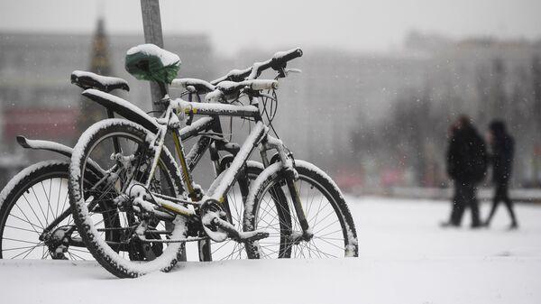 Велосипеды под снегопадом в Москве