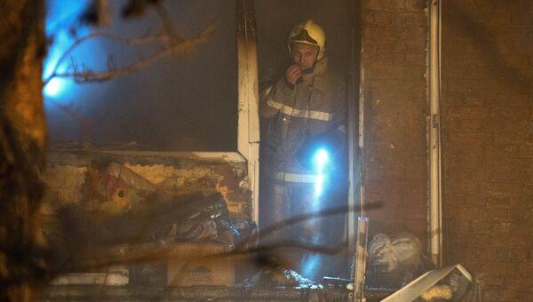 Сотрудник МЧС на месте взрыва газа в жилом доме по 5-й Кордной улице в Омске. 12 января 2018