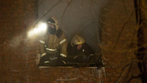 Сотрудники МЧС на месте взрыва газа в жилом доме по 5-й Кордной улице в Омске. 12 января 2018