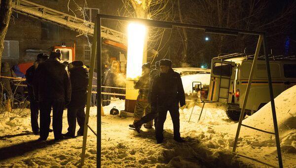 Сотрудники специальных служб на месте взрыва газа в жилом доме по 5-й Кордной улице в Омске. 12 января 2018