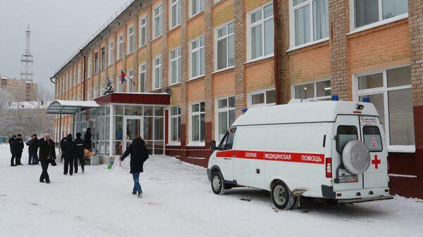 Автомобиль скорой помощи у школы № 127 в Перми