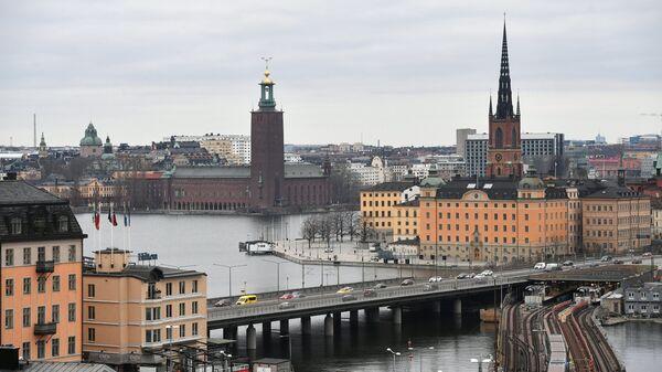 Стокгольмская ратуша и башня Риддархольмской церкви (на дальнем плане слева направо) в Стокгольме