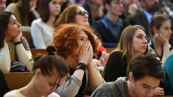 Молодые люди во время Дня открытых дверей факультета журналистики МГУ