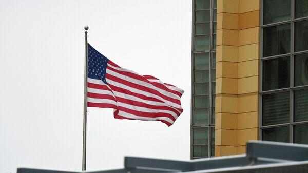 Государственный флаг на новом здании посольства США в Москве, расположенного по адресу: Большой Девятинский переулок, 8