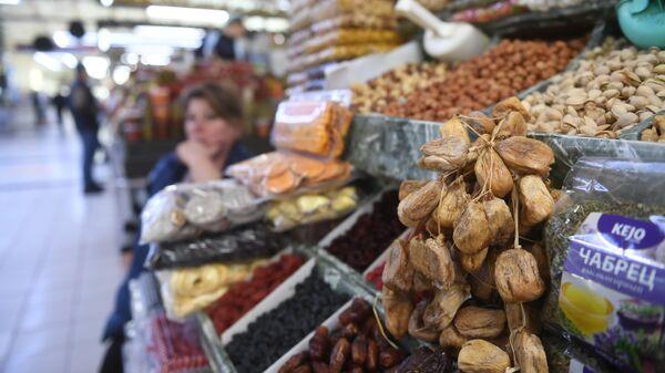 Прилавок с сухофруктами на Дорогомиловском рынке в Москве