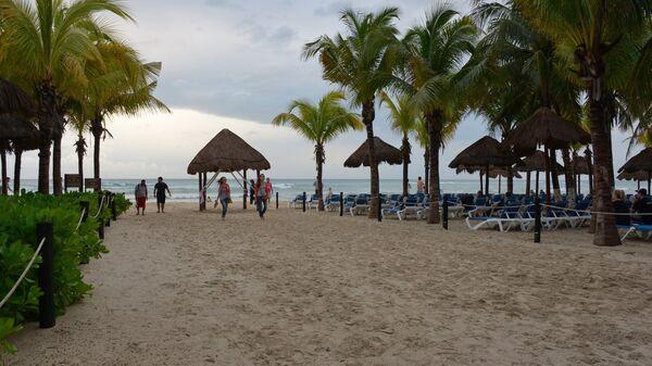 Пляж на территории отеля в Мексике