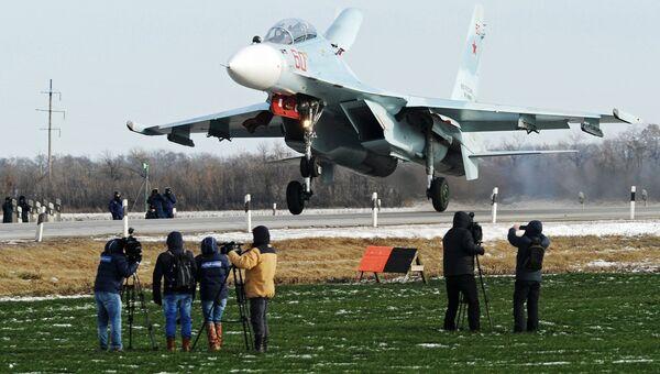 Посадка тяжелого истребителя Су-30М2 на автотрассу в Ростовской области. 17 января 2018