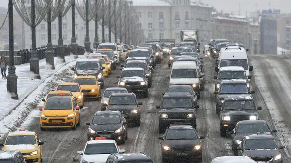Автомобильное движение во время снегопада в Москве. Архивное фото