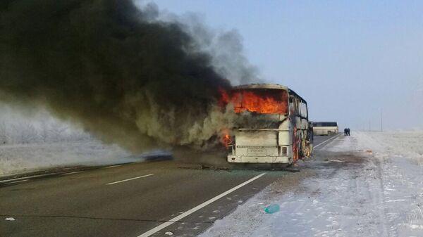 Автобус горит на трассе Самара - Шымкент в Актюбинской области в Казахстане
