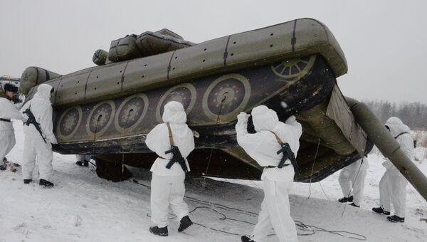 Военнослужащие 45-го отдельного инженерно-маскировочного полка развертывают средство маскировки войск в Московской области