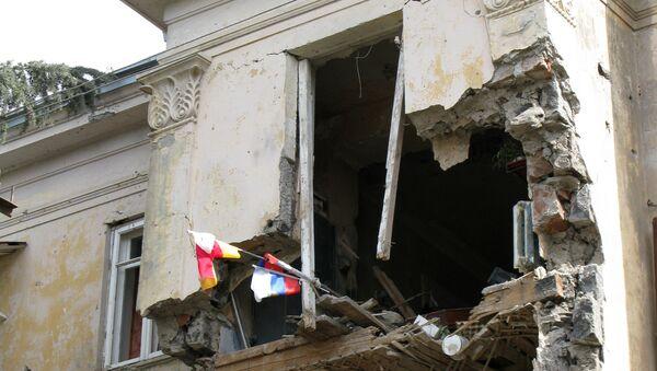 Одно из зданий в Цхинвали, пострадавшее от обстрелов