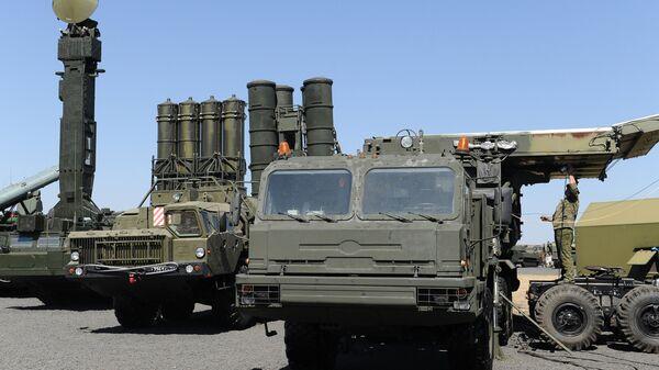 Зенитно-ракетный комплекс С-400 Триумф на выставочной площадке на полигоне Кадамовский в Ростовской области во время подготовки к международному военно-техническому форуму Армия-2017