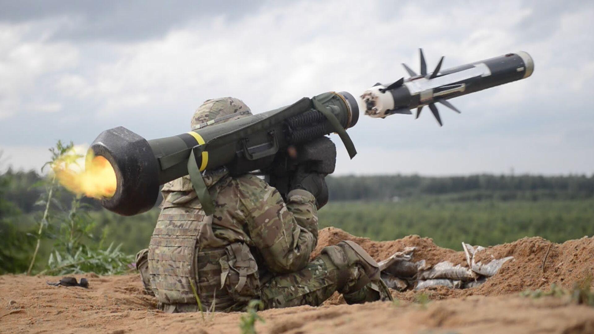Американский военный производит выстрел из противотанкового ракетного комплекса (ПТРК) Javelin во время учений в Эстонии - РИА Новости, 1920, 17.06.2021