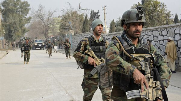 Афганские силы безопасности патрулируют место нападения террористов-смертников в Джелалабаде, Афганистан. 24 января 2018