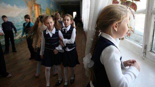 На перемене между уроками в средней общеобразовательной школе. Архивное фото