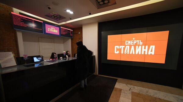 Реклама фильма Смерть Сталина на мониторе в кинотеатре Пионер в Москве