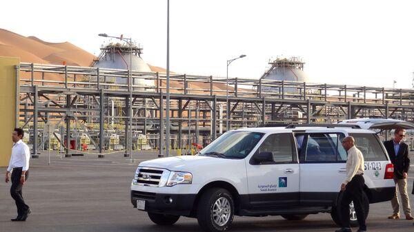 Автомобиль возле завода компании Saudi Aramco