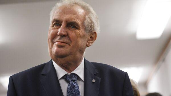 Действующий глава государства, кандидат на выборах президента Милош Земан на избирательном участке в Праге