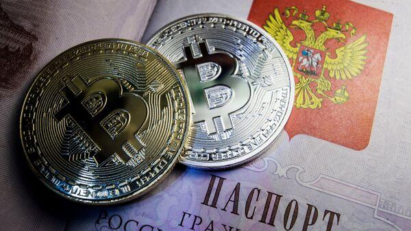 Монеты с логотипом криптовалюты биткоин