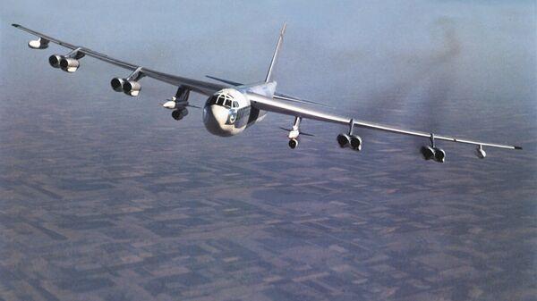 """Американский стратегический бомбардировщик B-52 с крылатыми ракетами AGM-28 """"Hound Dog"""" на борту"""