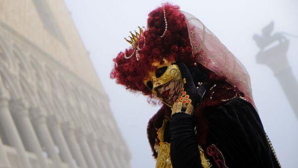 Участник Венецианского карнавала в Италии. 28 января 2018 года