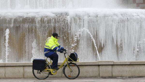 Почтальон на велосипеде в Милане, Италия. Архивное фото