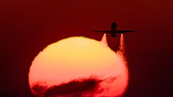 Летящий самолет Airbus A-321 авиакомпании Аэрофлот
