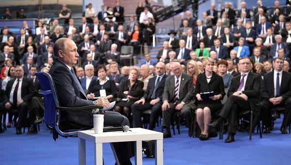 Эксперт: Путин слушает людей и делает то, что хочет общество