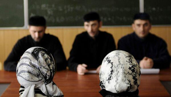 Студентки Грозненского государственного нефтяного технического университета во время занятий