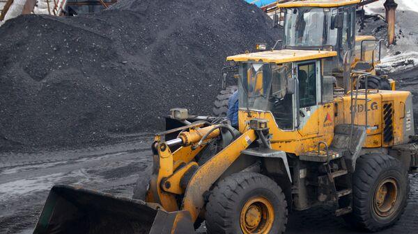 Погрузка угля на территории шахты Белореченская Лутугинского района