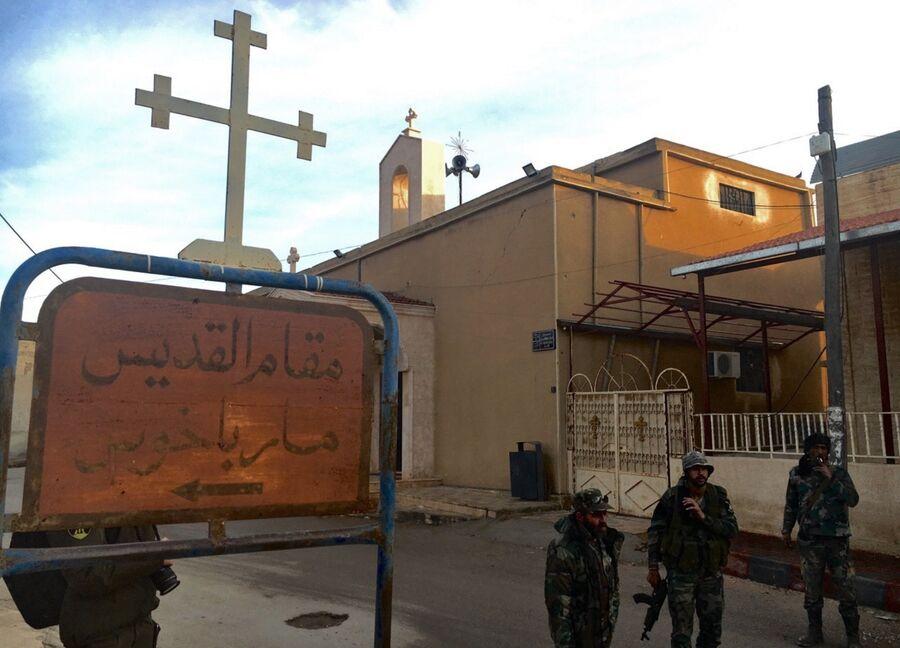 Солдаты у православной церкви святого Михаила в деревне Садад в сирийской провинции Хомс