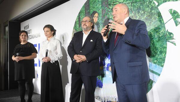 Юлия Петрова, Борис Минц и Михаил Швыдкой на выставке Жены в Музее русского импрессионизма в Москве