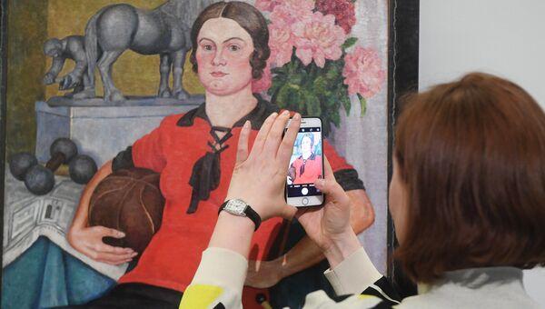 Посетительница на выставке Жены в Музее русского импрессионизма в Москве