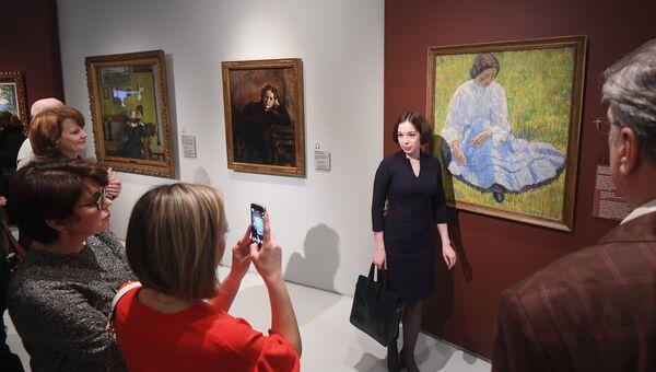 Посетители на выставке Жены в Музее русского импрессионизма в Москве