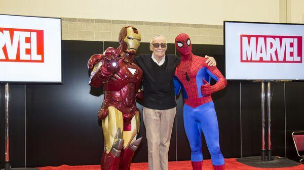 Американский писатель, актёр и продюсер Стэн Ли с аниматорами в образах Железного человека и Человека-Паука