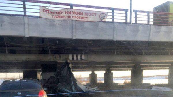 Над мостом на пересечении Софийской улицы и Ленсоветовской дороги вывешена растяжка с надписью Газель не пройдет, Санкт-Петербург