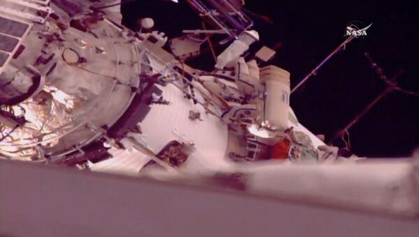 Мисуркин и Шкаплеров в открытом космосе установили новое оборудование на МКС
