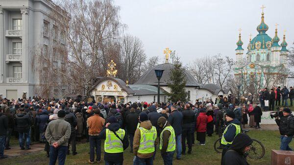 Верующие во время молебна в защиту Владимиро-Ольгиевского храма Десятинного монастыря в Киеве. 3 февраля 2018