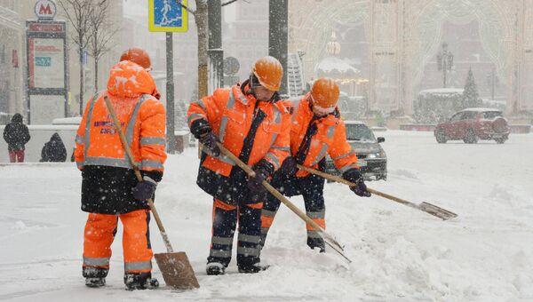 Сотрудники коммунальных служб убирают последствия снегопада на Тверской улице в Москве. 4 февраля 2018