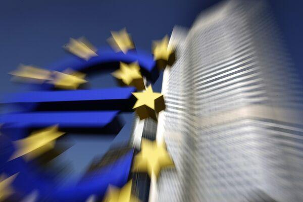Здание Европейского Центрального банка и скульптура Евро во Франкфурте