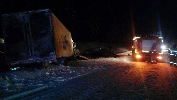 ДТП при столкновении грузовика с микроавтобусом в Ленинградской области. 6 февраля 2018