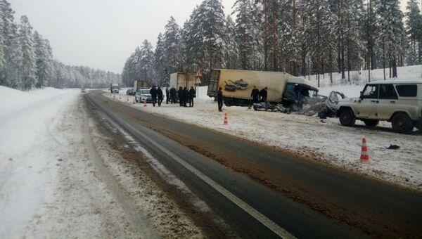 Последствия ДТП с участием грузового автомобиля и микроавтобуса в Ленинградской области. 6 февраля 2018