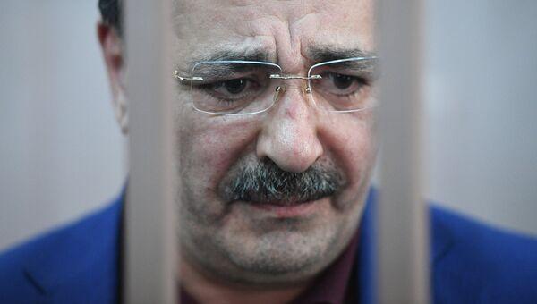 Временно исполняющий обязанности вице-премьера Республики Дагестан Шамиль Исаев в Басманном суде Москвы. 6 февраля 2018